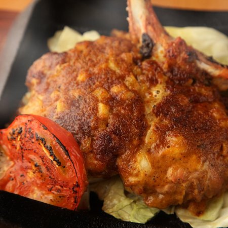 つくば鶏の骨付きもも肉に、二〇種類のブレンドスパイスをつけオーブンでじっくり焼き、鶏の中までスパイスを染み渡らせ、更にコクと旨味の特製スパイスソースで焼き上げます。旨味のあるスパイシーな味わいは一度食べたら、やみつきに。五感で満足していただける、鳥福の絶対おすすめです。