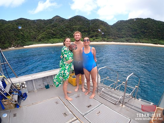 Tebah Dive: After some fun dives and good moment on the boat, our two visitors take the pose with their dedicated guide, how lucky is it to stumble upon the only french speaking guide of the island ?