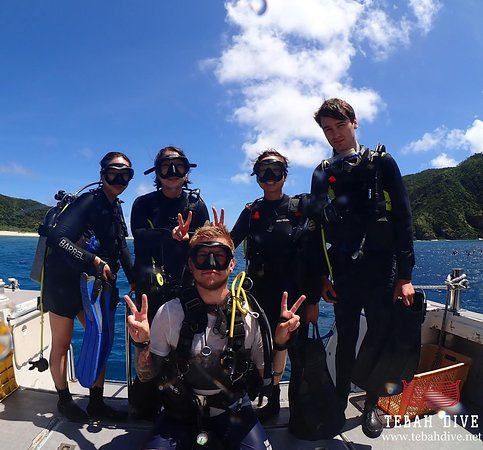 Tebah Dive: Our multi linguistic team ready to make some bubbles ! What a sight, so many country in one picture, French, Korean and German together going for some privileged underwater sighting !