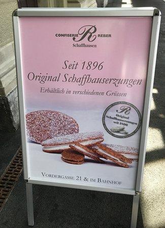 駅にあったお菓子の看板