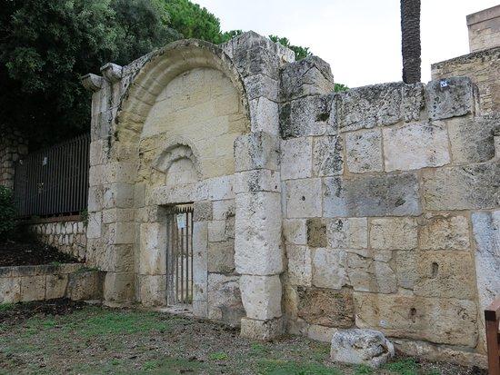 Pan de mur de l'église originelle.