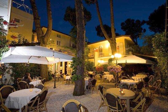 iH Hotels Forte dei Marmi Logos: Giardino esterno adibito per cena o per eventi