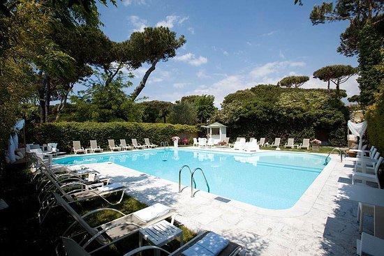 iH Hotels Forte dei Marmi Logos: Piscina privata dell'hotel