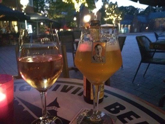 Eetcafe Kandinsky: Zelfs op de glazen staat het logo