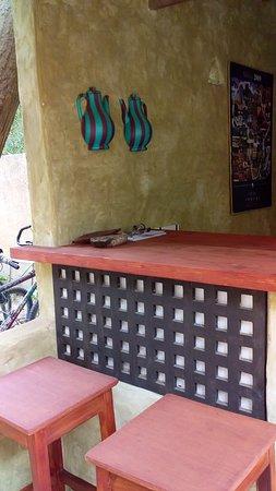 Podor, סנגל: Un petit bar en architecture de terre (ou presque !) pour servir nos hôtes directement, sans plus passer par la cuisine.
