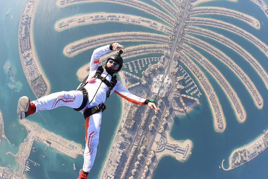 Dubai, Birleşik Arap Emirlikleri: Dive down the foggy clouds floating free in the thin air and  admire the charming beauty of the well-fashioned man-made structures amidst the blue.