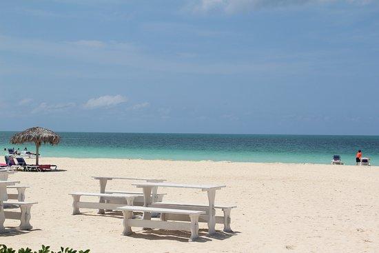 Mesas na praia junto ao bar