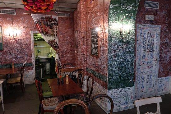Cafe Schweizer: Looking inside.