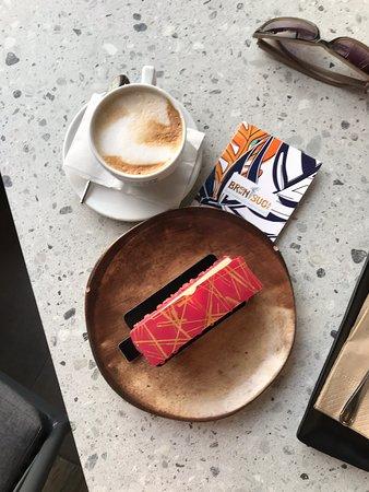 Красивые и вкусные десерты без сахара. Горячий кофе норм. Холодный кофе отличный!