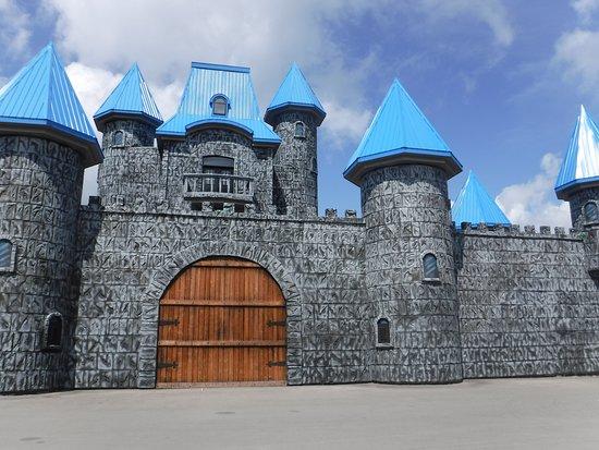 Un  chateau  fantastique  avec  de  l animation  extraordinaire, un  retour  dans  le  monde fantastique  avec  de  super  de  bons  comédiens
