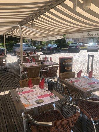 Bar-Brasserie Les Tilleuls: Mise e place en terrasse