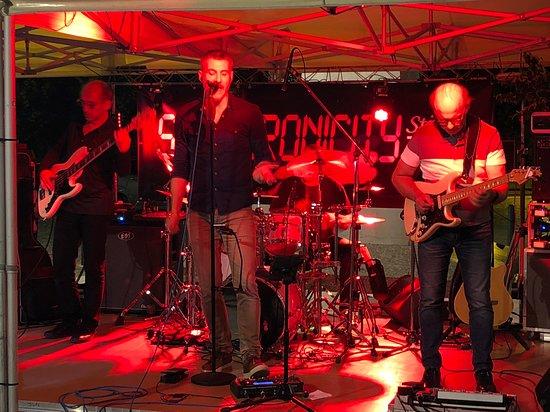 Bar-Brasserie Les Tilleuls: Un des nombreux concerts sur la place