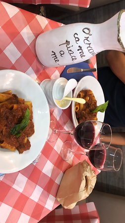 Tandem: Uno dei posti migliori dove mangiare a Napoli. Rigatoni al ragù perfetto con vino rosso non male. Ci torneró