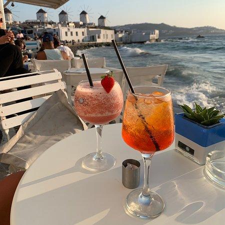 Bel bar in un ottimo posto per godersi un bel tramonto.