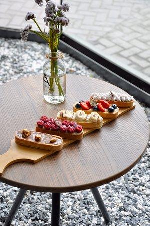 Tartaletas by la raffinerie - tartaleta snickers (chocolate, toffee, manies) - tartaleta frambuesa y caramelo - pie de limón - tartaleta frutos del bosque con crema pastelera - tartaleta suspiro a la limeña