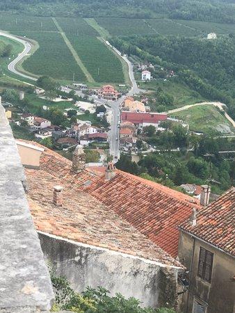 Valokuva: Hilltop Walled Ancient City of Motovun