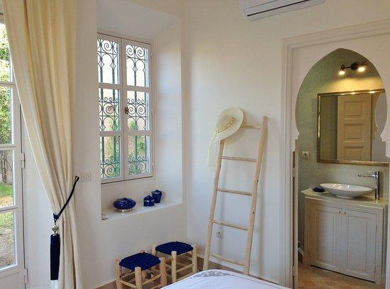 """Region Marrákeš Tánsíft al-Húz, Maroko: La chambre """"Bleu Désert"""" @eliksir25, avec sa salle de douche et la vue sur les oliviers et sur la piscine, est très appréciée par nos hôtes. Les 3 autres chambres d'hôtes sont toutes aussi raffinées et confortables. Vous êtes les bienvenus pour un séjour dans notre havre de paix."""