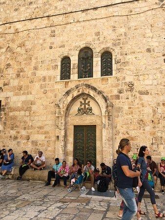 A bazilika bejárata előtti tér