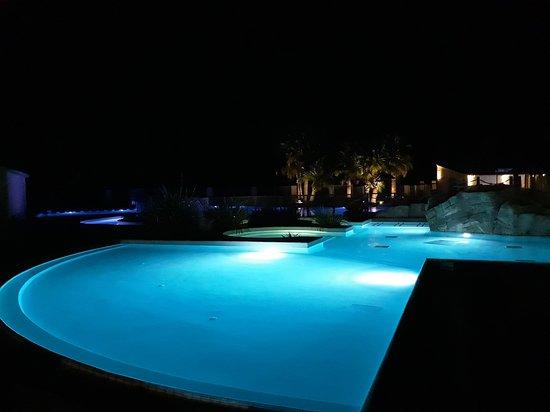 Une partie de la piscine la nuit