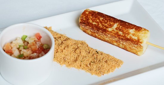 Brasilidades: Queijo coalho acompanhado de farofa e vinagrete