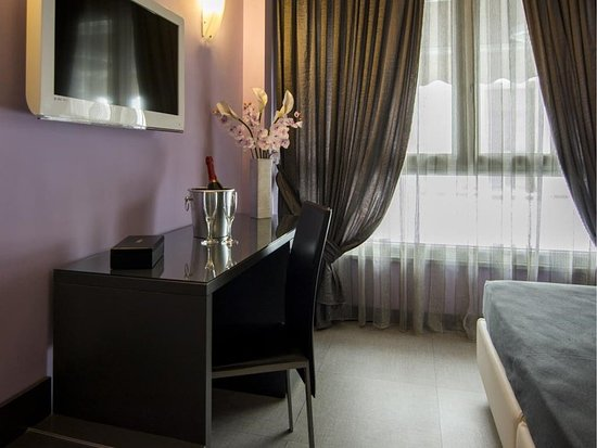 Golden Hotel: Guest room