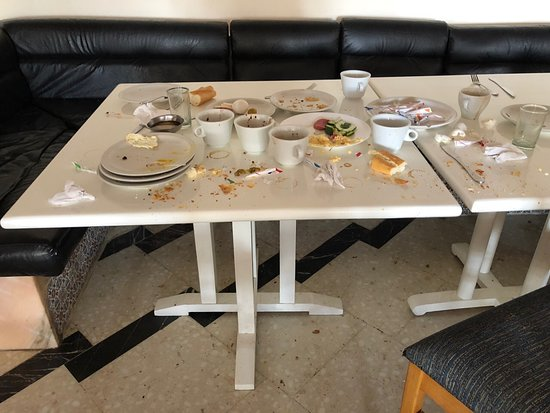 Palmyra Aquapark Kantaoui: Typical nasty table in dining room. Stink in dining room is everywhere