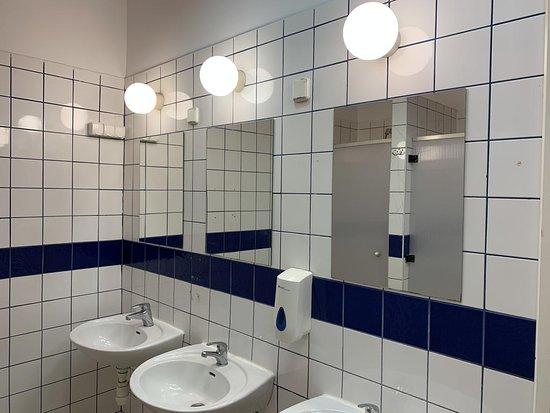 2B Hostel & Rooms: Shared bathroom