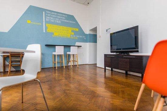 2B Hostel & Rooms: Common area / TV room