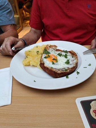 Leberkäs mit Ei und Kartoffelsalat. Von der Suppe leider kein Foto.