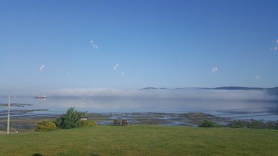 Aussicht beim Frühstück auf den Fjord.