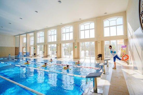 В крытом бассейне круглогодично проходят групповые занятия по аквааэробике и детскому плаванию