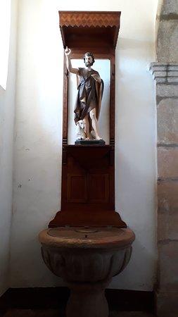 Pia batismal com imagem de São João Batista