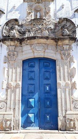 Portada em pedra gnaisse da Igreja Matriz de Nossa Senhora da Conceição em Prados
