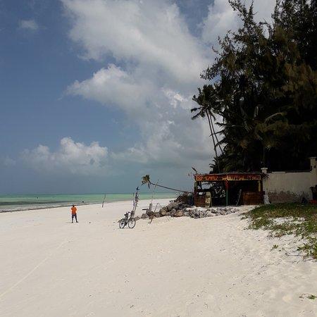 La spiaggia davanti al resort.