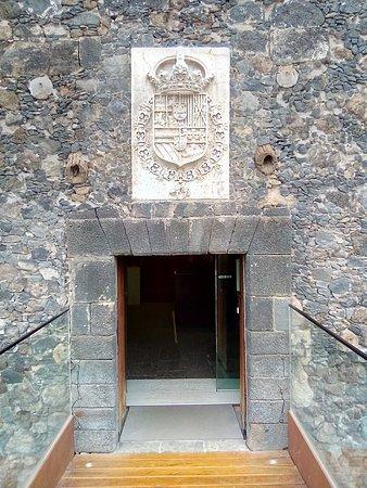 acceso, con escudo Real de los Borbones