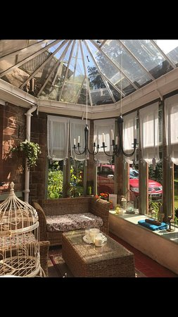 Crossmichael, UK: The conservatory . A lovely spot to enjoy a tea or coffee in the sunshine!