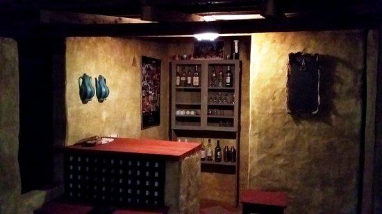 Podor, סנגל: Le nouveau petit bar dans le jardin, avec un design de type  architecture de terre, pour servir directement les boissons et créer un petit espace convivial