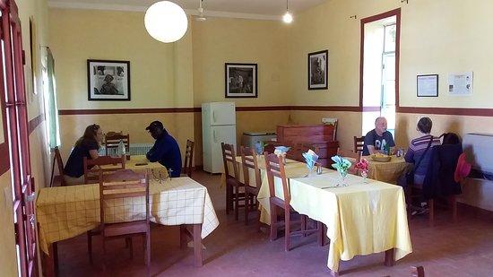 Le restaurant Keur Yacine que nous avons créé pour répondre à la demande des podorois qui se plaignaient de l'absence de restaurant agréable et à bon prix à Podor. C'est aussi une salle à manger pour nous en cas de pluies ou de vents violents.