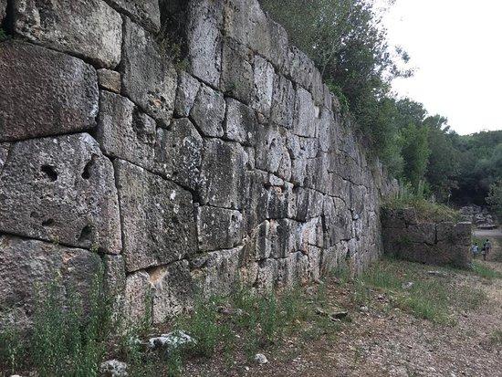 Le possenti mura della città