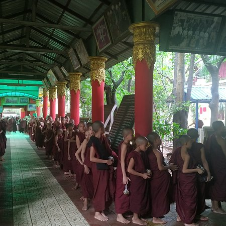 Yangon (Rangoon), Μιανμάρ: Sightseeing with my tour group Spanish