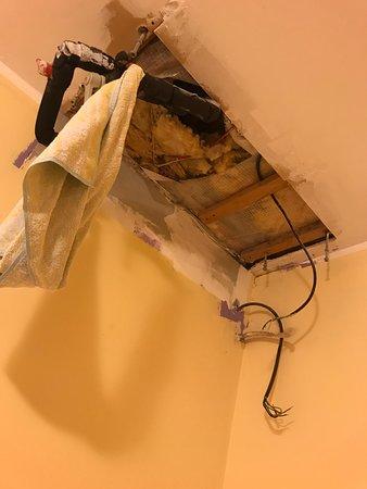 Дыра в потолке , висящие трубы и голые провода или сервис по словацки