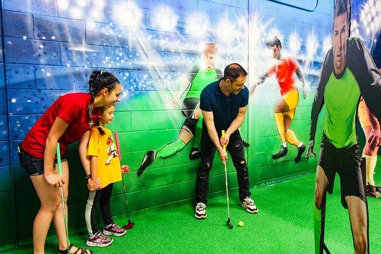 Drummondville, Canadá: Zone sports à l'intérieur de notre nouveau mini-putt Laser Force.