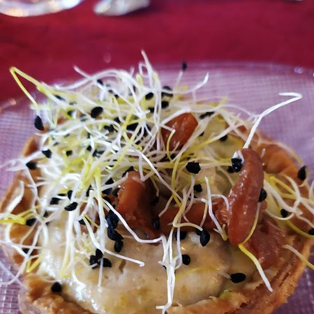 Motteville, Frankrike: tartelette langoustine et girolles , graines de poireaux germées