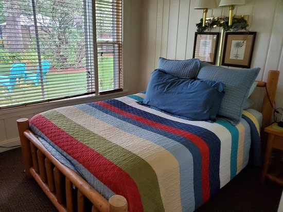 Whitehall, WI: Guest Room at Oak Park Inn overlooking gardens