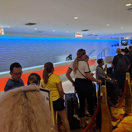 Tropicana Las Vegas - A DoubleTree by Hilton Hotel: Checking in at Tropicana 20 + people on line one check in person