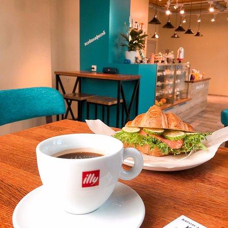 Уютное кафе. Вкусные круассаны и божественный кофе