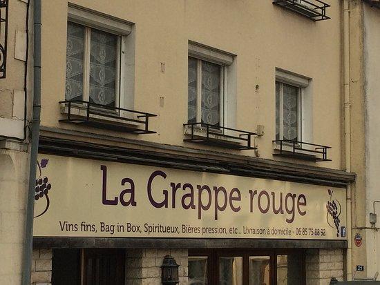 Latille, Frankrike: CAVE A VIN  vins fins, bag in box, spiritueux, bières pression, etc