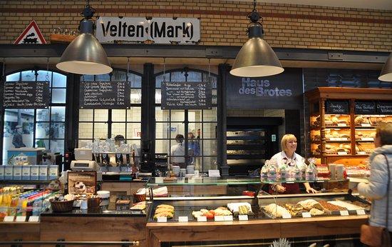 Velten, ألمانيا: Seit Dezember 2015 kann man im grundsanierten Veltener Bahnhof handwerkliche Backwaren und Kuchen erwerben oder gemütlich im Innen- und Außenbereich seinen Kaffee trinken.