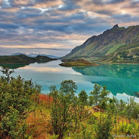 Lofoten Islands, Norvegia: Stunningly beautiful views along the entire road. The turquoise color of the water of the bay, the majestic mountains can not leave anyone indifferent.