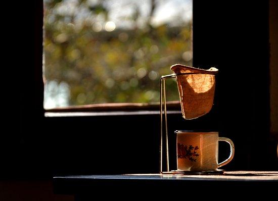 Na Casa Olga, o ambiente aconchegante combina com café fresquinho, desses que se toma na companhia dos amigos e da família. O aroma que se espalha pela casa, traz lembranças do café coado em filtro de pano que a vó fazia, quando, entregues àqueles momentos de preguiça ficávamos esquecidos das horas.